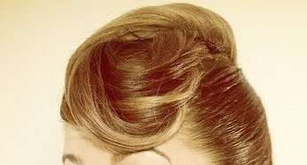 Frau mit hochgesteckter Frisur